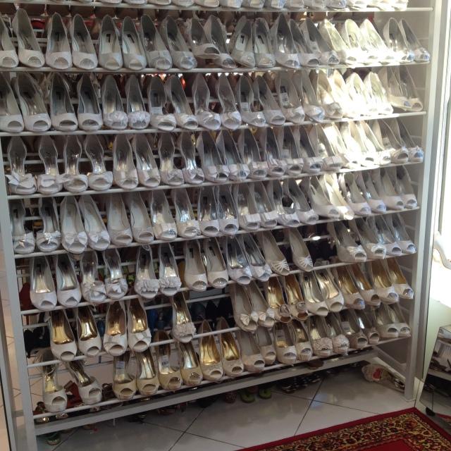Escolhendo o sapato de noiva
